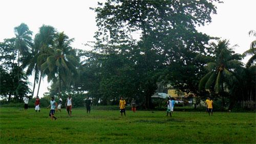 Jugando al futbol en Tortuguero