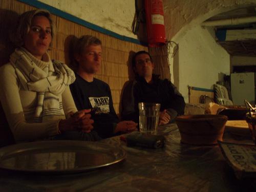 En el garito de Imsouane cenando